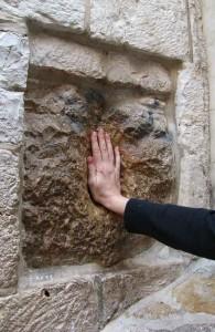 Виа Долороса, камень в стене, вмятина от руки Иисуса, туризм, Дорога скорби, Крестный Путь, Izrail, путешествия