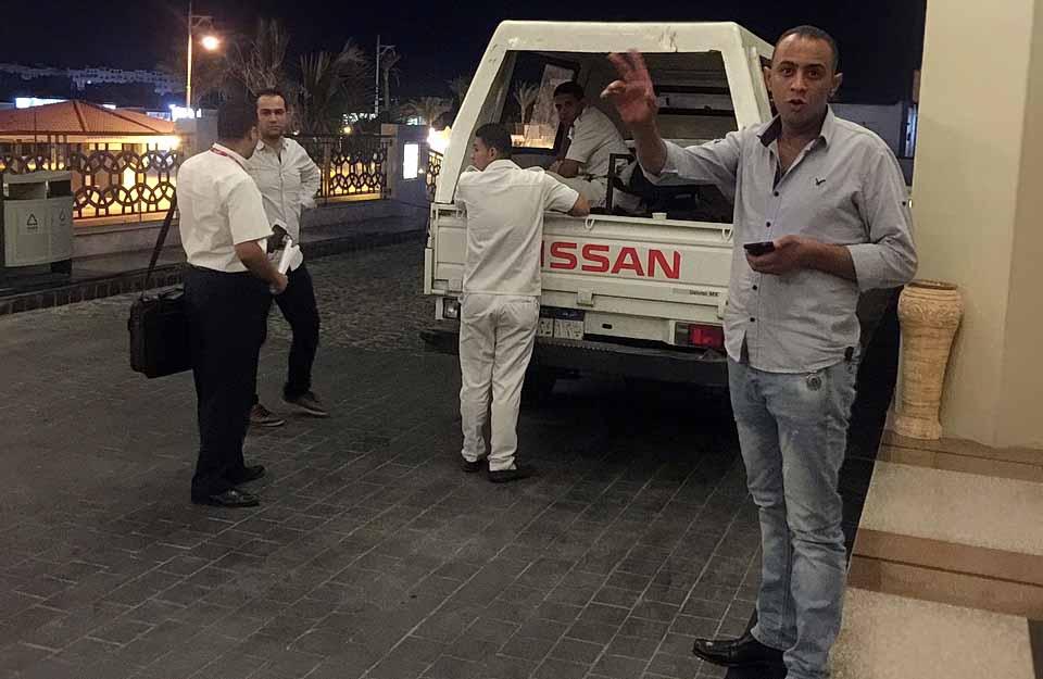 Менеджер отеля, представитель Джойн Ап, полицейские, Albatros White Beach, Hurgada, Egypt