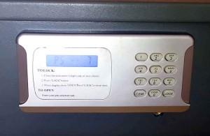 Защита ценностей и денег в отеле, меняем сервисный код аварийного открытия сейфа