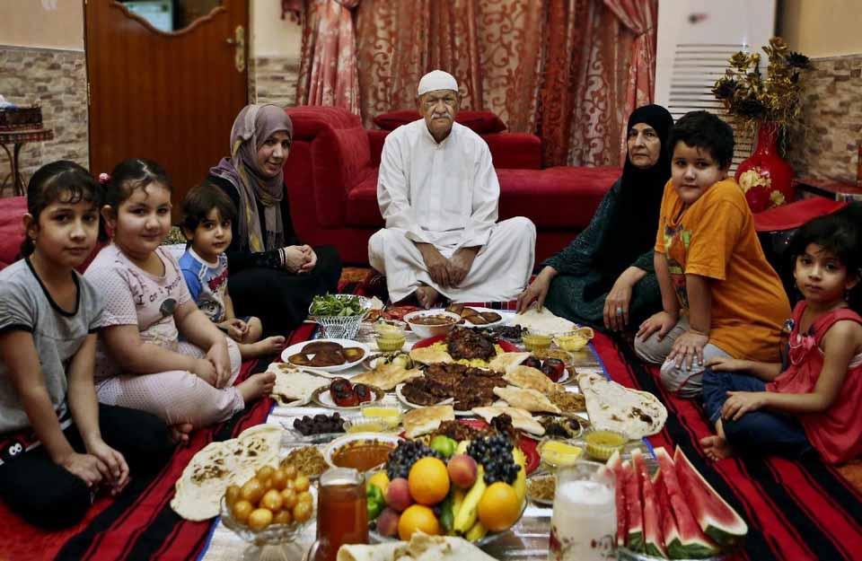 пост Рамадан, ифтар, ужин после заката в египетской семье