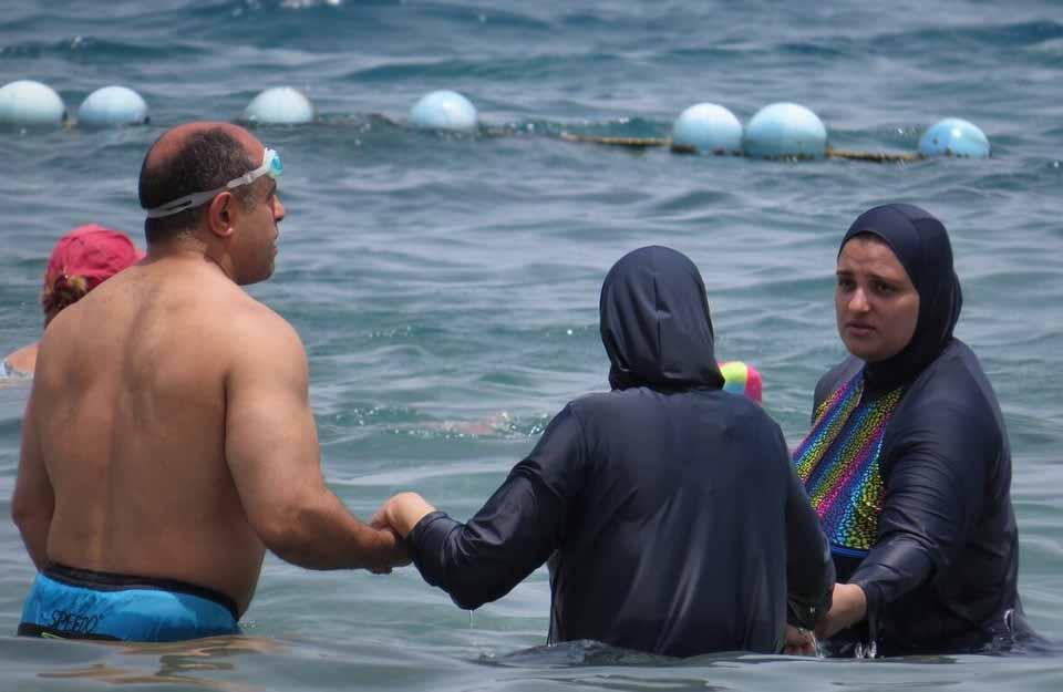 Солнечные ванны на пляже. Праздник Ураза-Байрам в мусульманской стране.