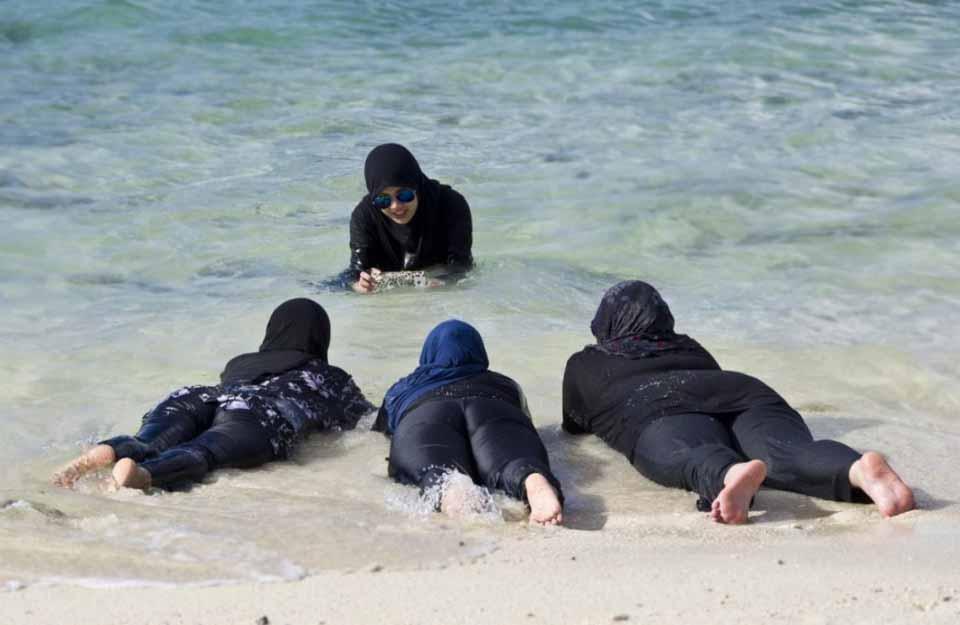 Пляж во время праздника Ураза-Байрам в мусульманской стране