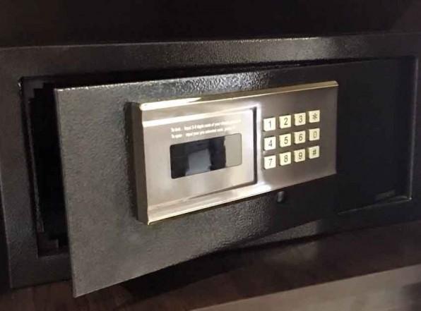 Как вскрыть сейф в номере отеля